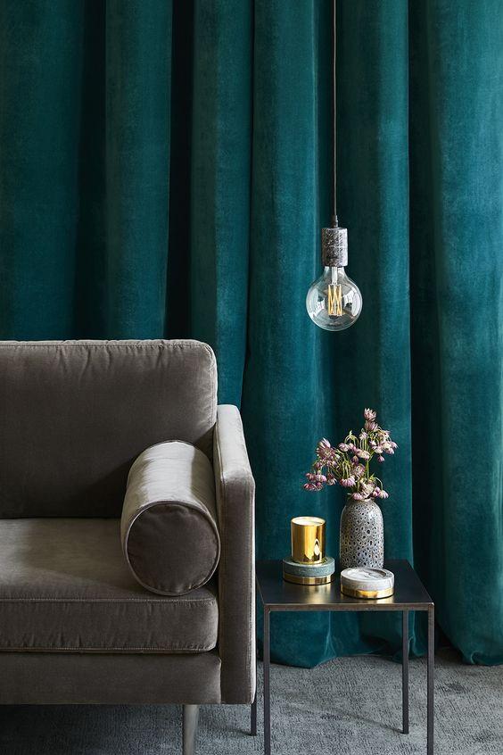 Bề mặt rèm vải nhung mềm mại mang đến sự tinh tế cho căn phòng