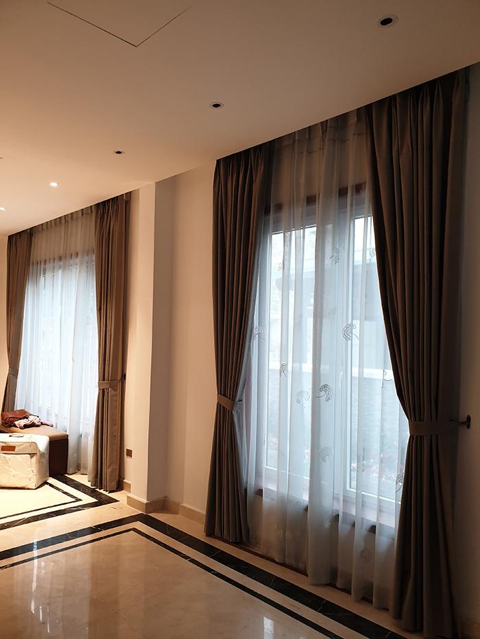 mẫu rèm trơn phòng khách tone màu trầm