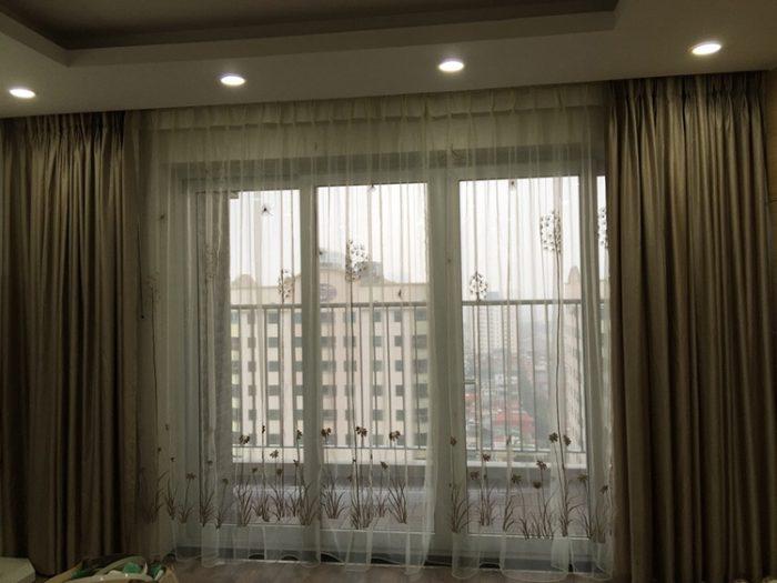 Bề mặt vải mịn, được dệt từ các sợi vải nhỏ, mau, bởi vậy chống nắng, cản sáng rất tốt