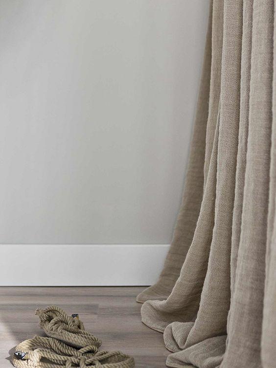 Trên bề mặt rèm vải thố có những khoảng thưa xuyên thấu nhỏ nên ánh sáng có thể xuyên mờ qua