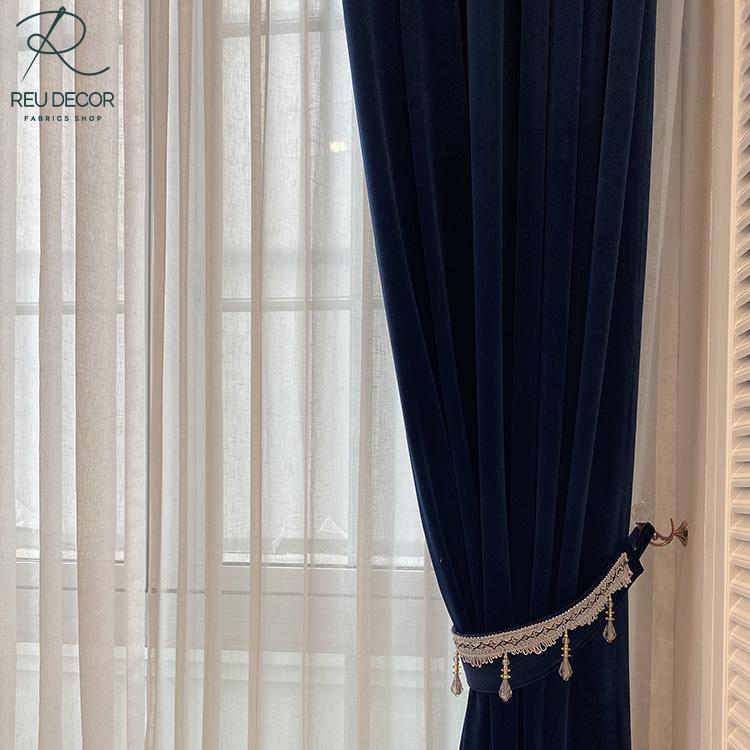 Rèm được thiết kế lớp một lớp vải nỉ nhung xanh than dày dặn và một lớp rèm vải voan trắng mỏng manh
