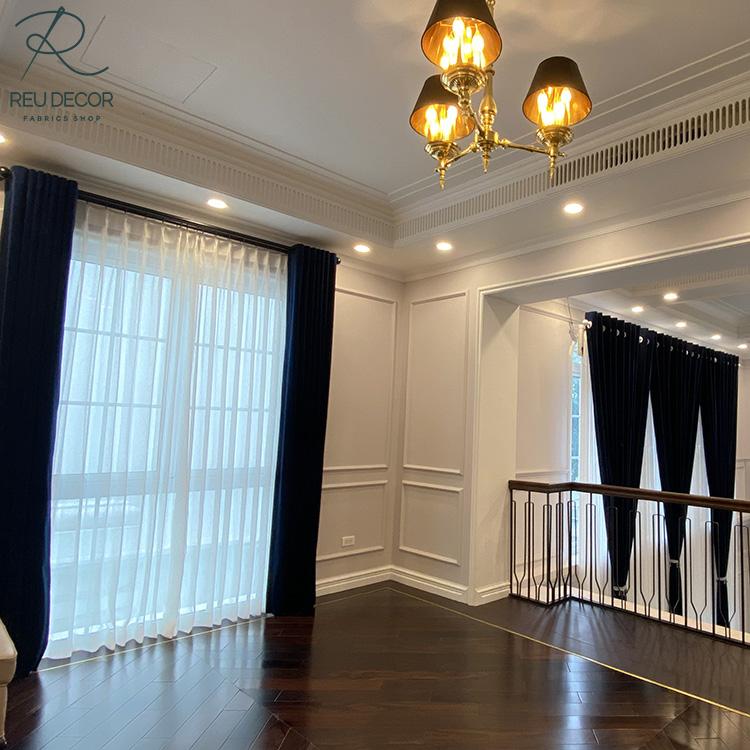 Tầng trên của biệt thự cũng không thể thiếu mẫu rèm cửa sang trọng, hiện đại này