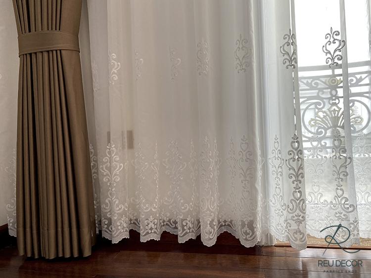Lớp ngoài của rèm được thiết kế các hoa văn tân cổ điển tinh xảo