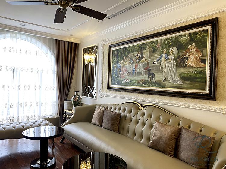 Rèm phòng khách của biệt thự Vinhomes mang màu sắc nhãn nhặn hài hoà với gam màu của bộ sofa, tranh treo tường