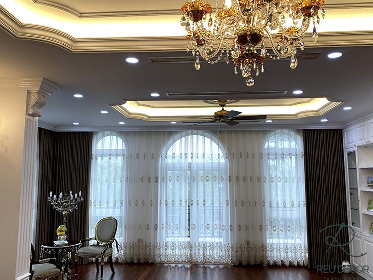 Các món đồ nội thất của biệt thự như đèn, bàn ghế đều được thiết kế mang phong cách tân cổ điển châu Âu