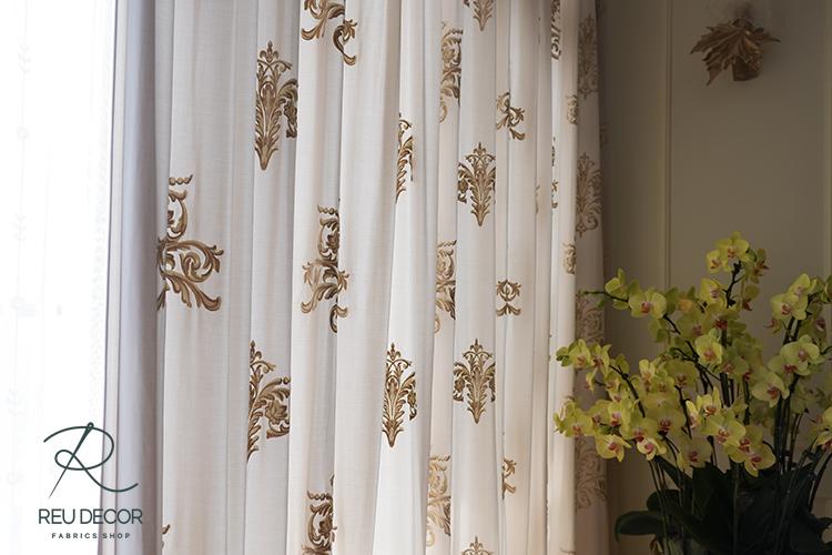 Điểm nhấn hoa văn luxury màu vàng rèm đồng giúp không gian hẹp trở nên sinh động