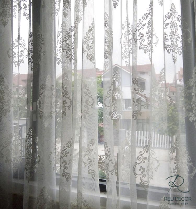 Hoa văn trên lớp rèm tinh xảo, mang đậm phong cách cổ điển