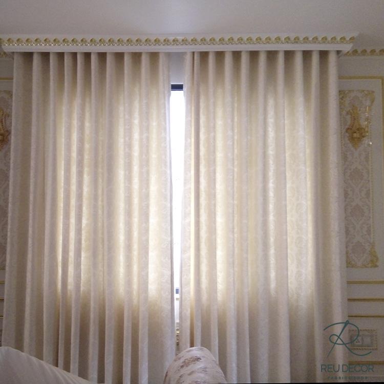 Rèm vàng cũng được lắp đặt phòng ngủ mang đến cảm giác sang trọng của căn phòng