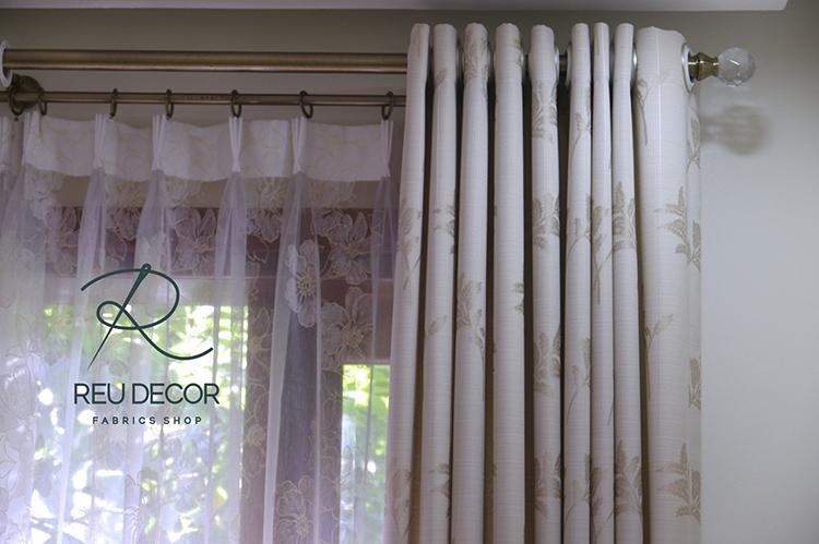 Họa tiết hoa Anh Đào nổi bật trên lớp nền rèm vải voan mỏng nhẹ