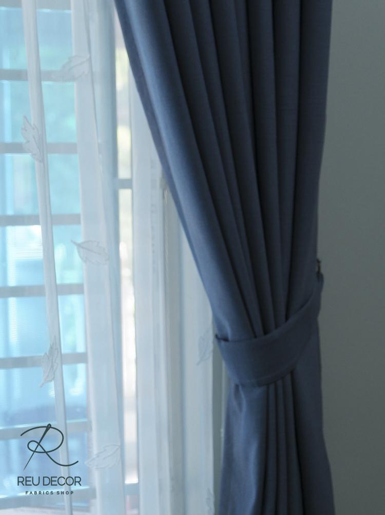 Phòng khách sử dụng loại rèm vải trơn, mang màu sắc tươi mát và trầm tư