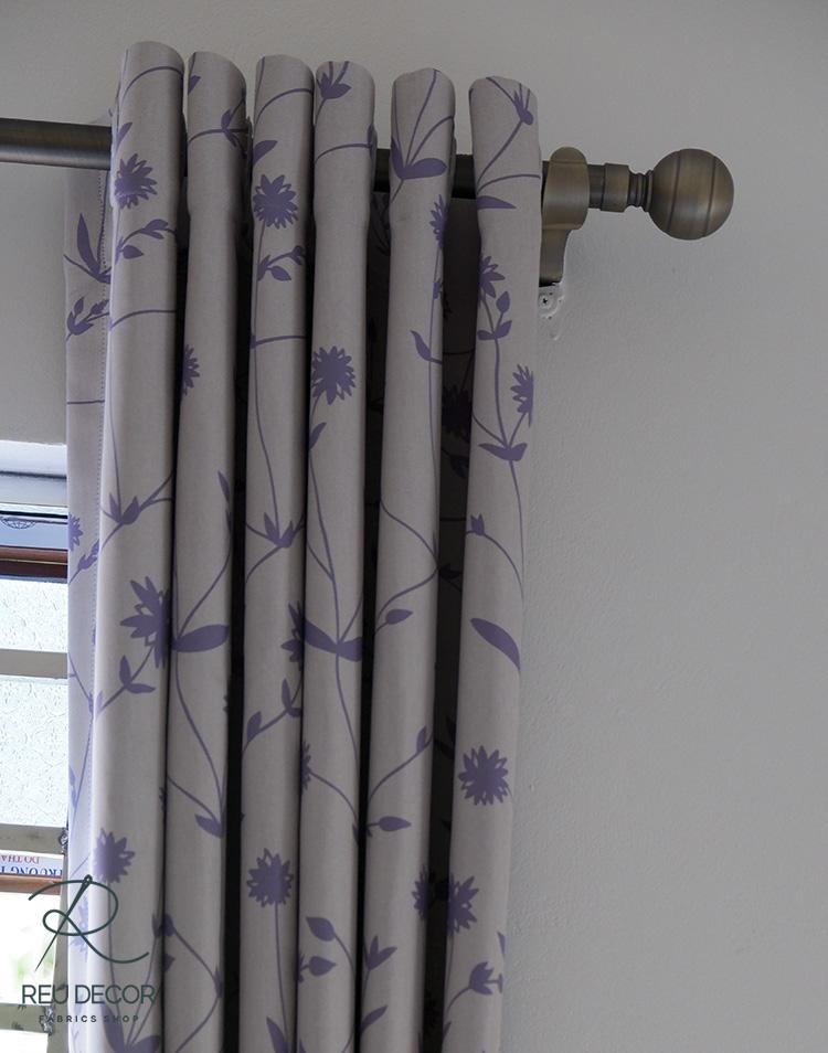 Phòng ngủ sử dụng loại rèm nâu be với hình ảnh nội bật là họa tiết câu hoa lá