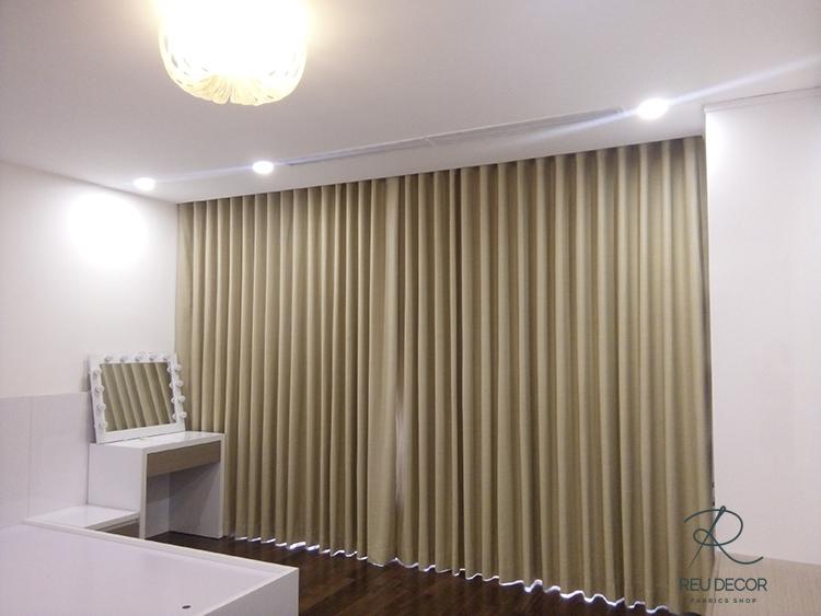 Phòng khách được lắp đặt mẫu rèm màu nêu nhạt tươi sáng